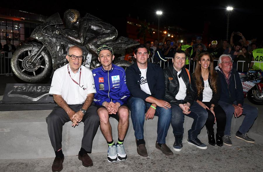 Emplazaron escultura de Valentino Rossi frente al Museo del Autódromo de Termas de Río Hondo